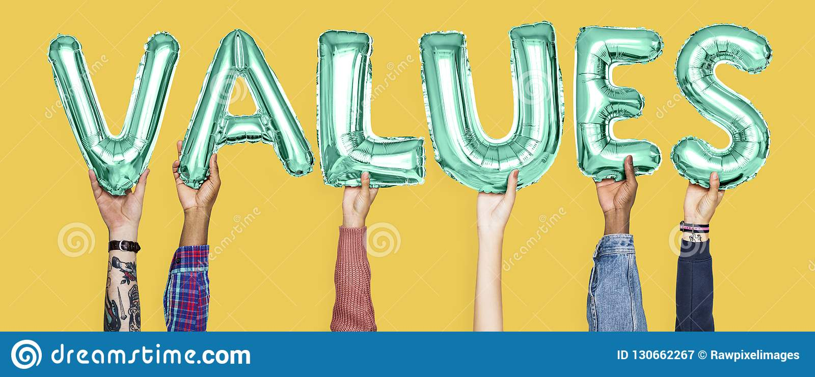 Manos que llevan a cabo palabra de los valores en letras del globo