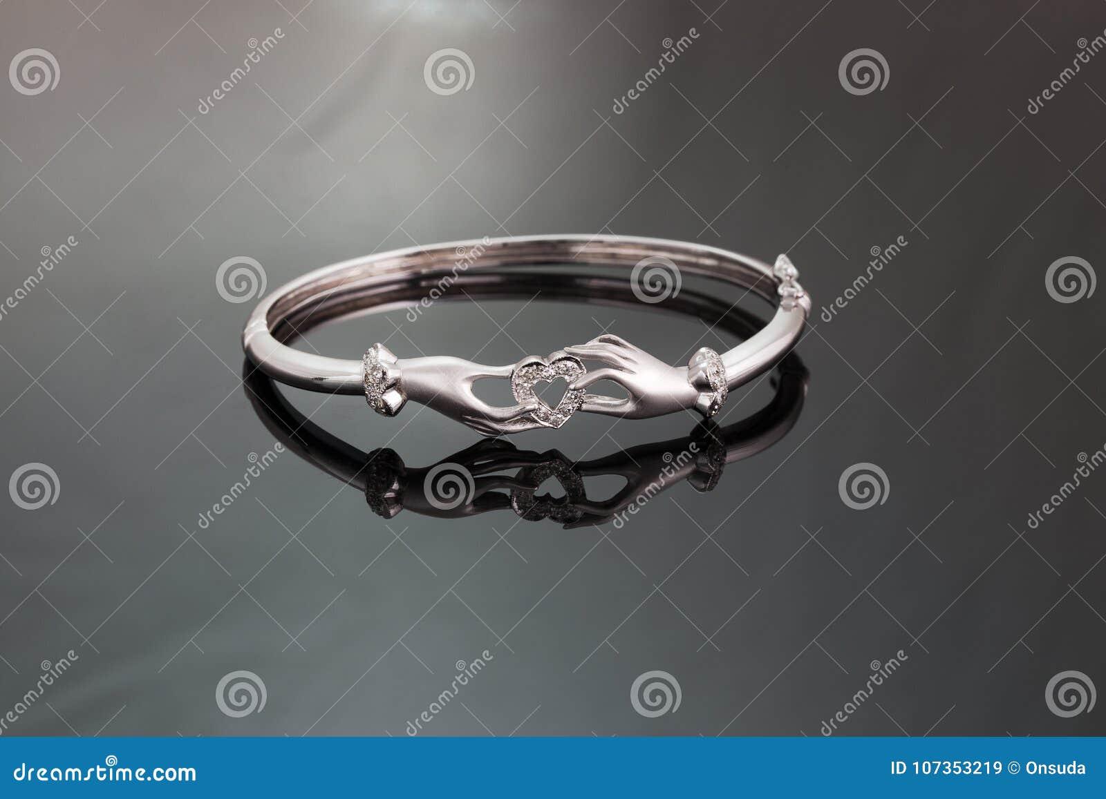 ad80ce754db3 El oro blanco con el diseño del brazalete del diamante del ` s de la mujer  da llevar a cabo el corazón