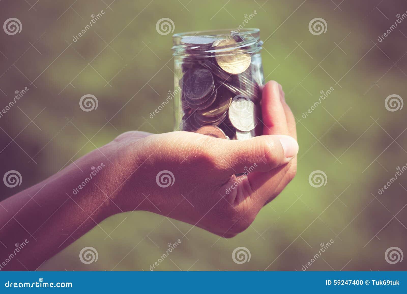 Manos que sostienen el dinero