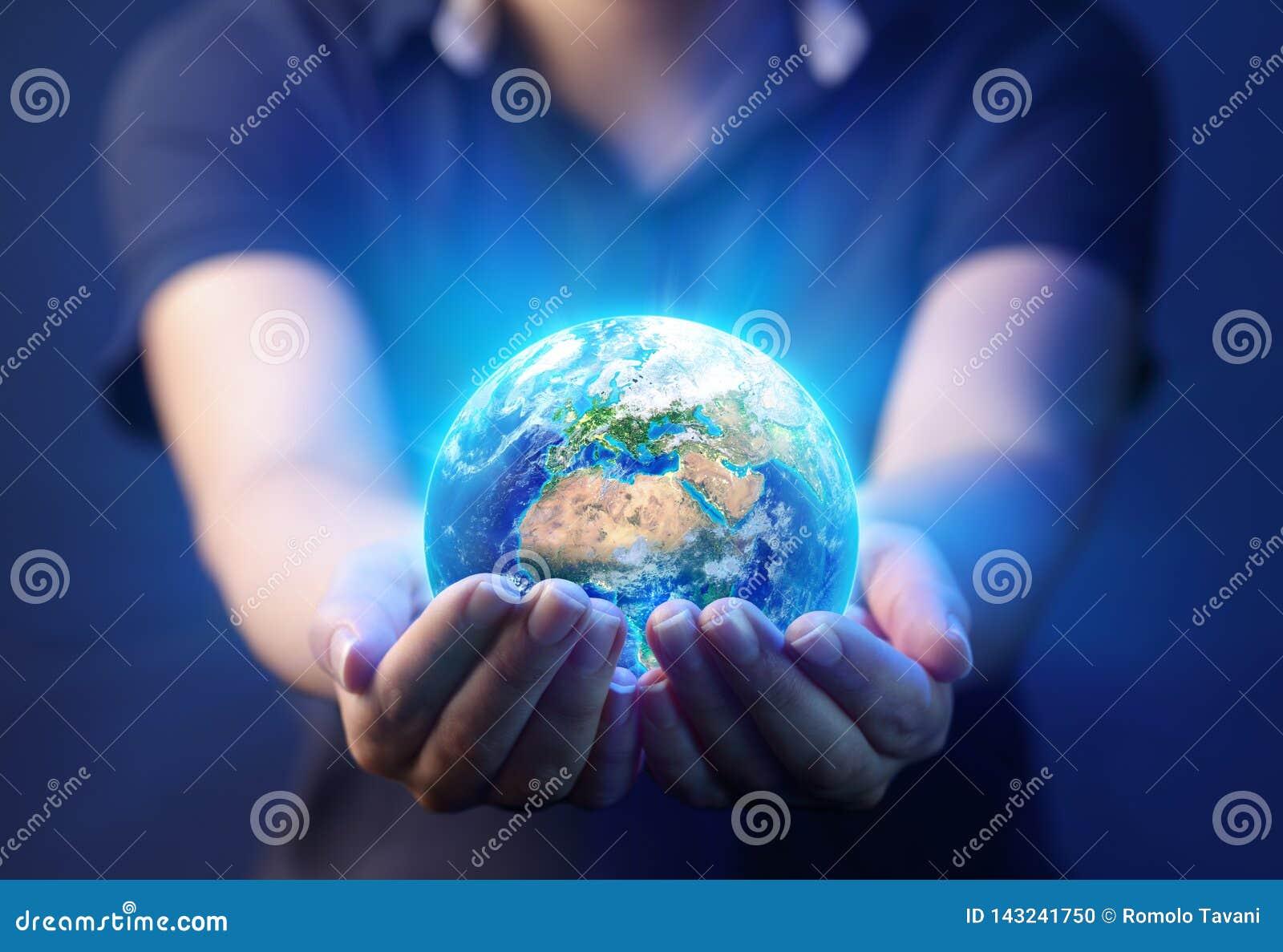 Manos que sostienen el planeta - concepto del Día de la Tierra