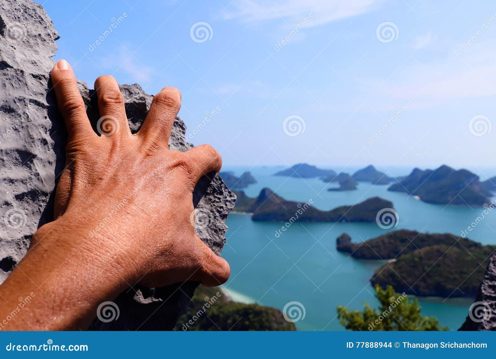Manos Que Suben La Roca En La Isla De Angthong Del Punto De Vista Foto de archivo