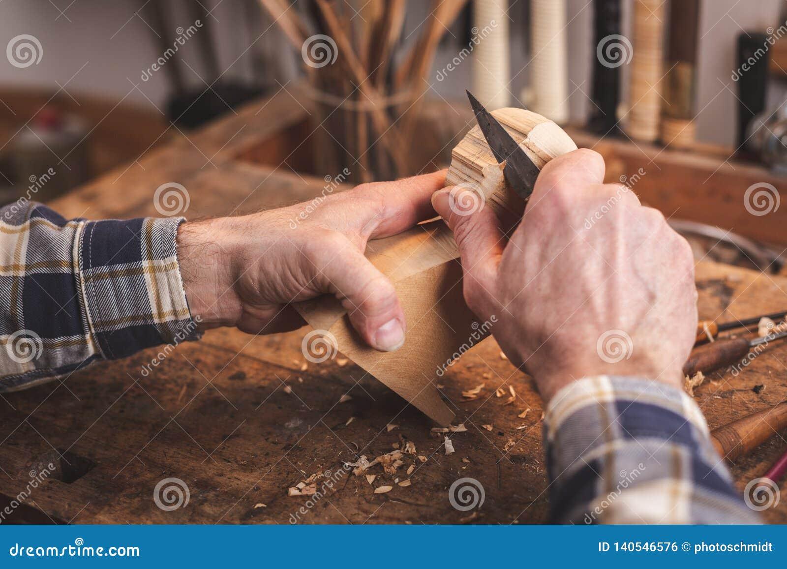 tallando madera Manos Que Tallan Un Pequeo Pedazo De Madera En Un Banco De