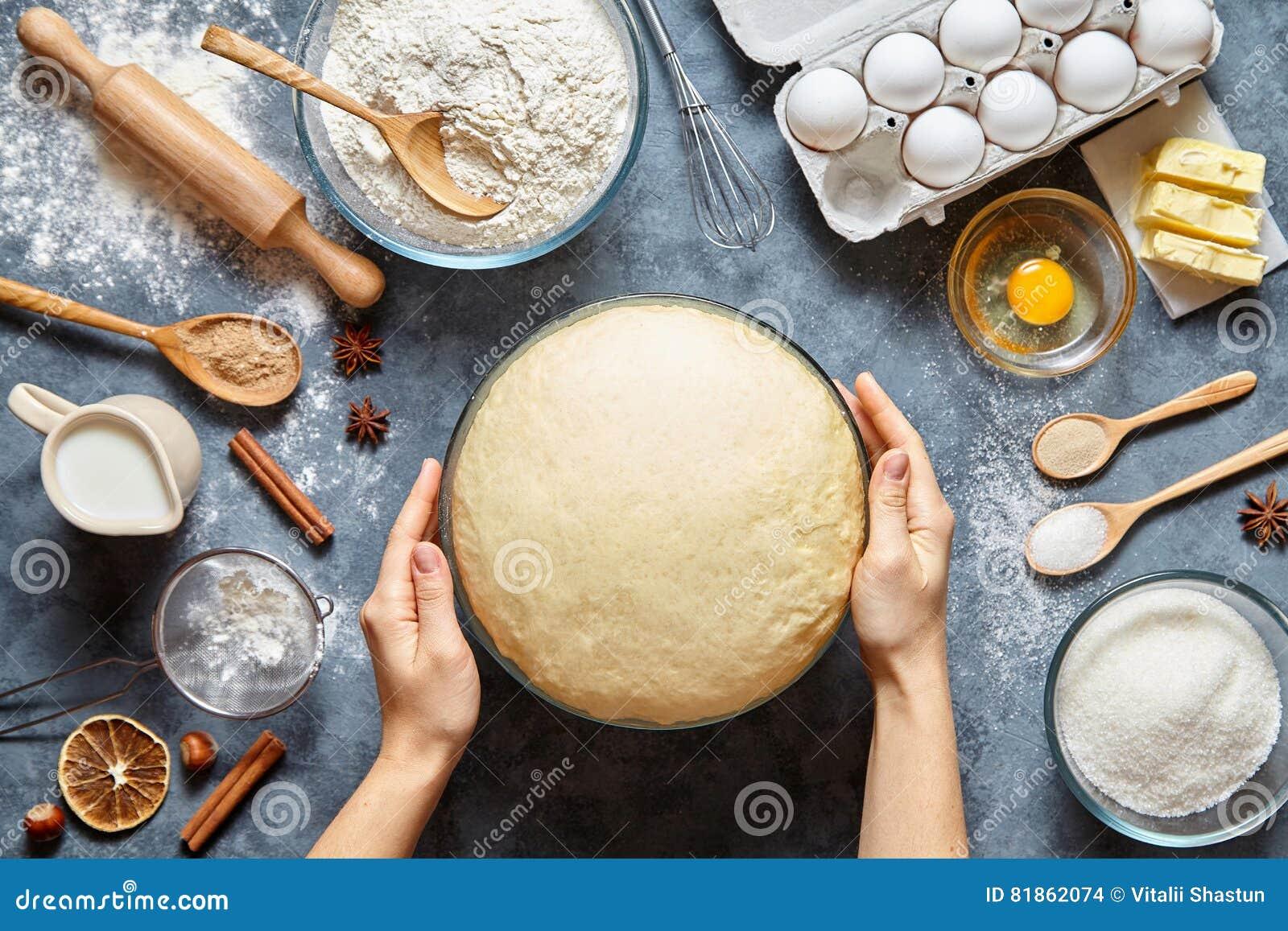 Manos que trabajan con el pan, la pizza o la empanada de la receta de la preparación de la pasta haciendo los ingridients, endech