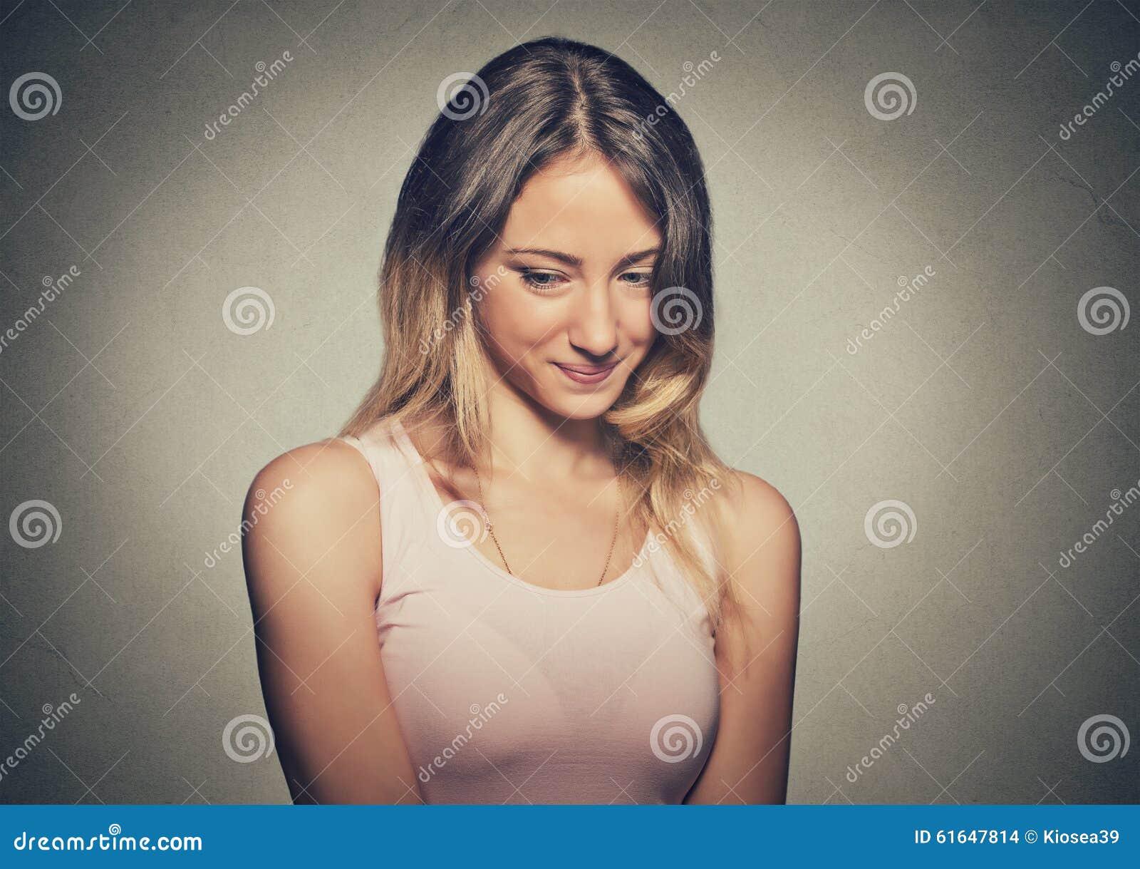 Manque de confiance La jeune femme timide se sent maladroite