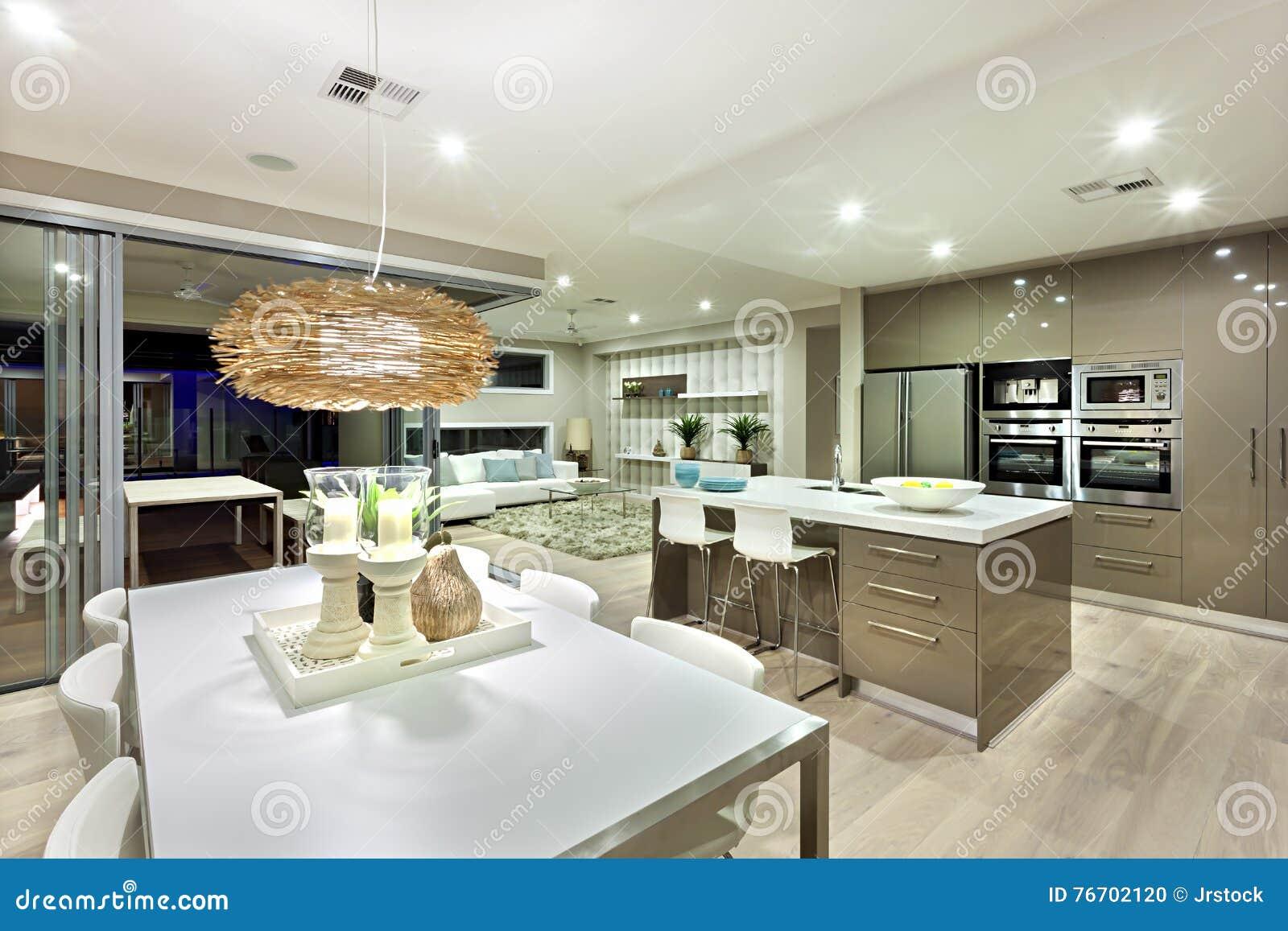 Mans O Luxuosa Iluminada Por Luzes Foto De Stock Imagem De  ~ Mansões Por Dentro Cozinha