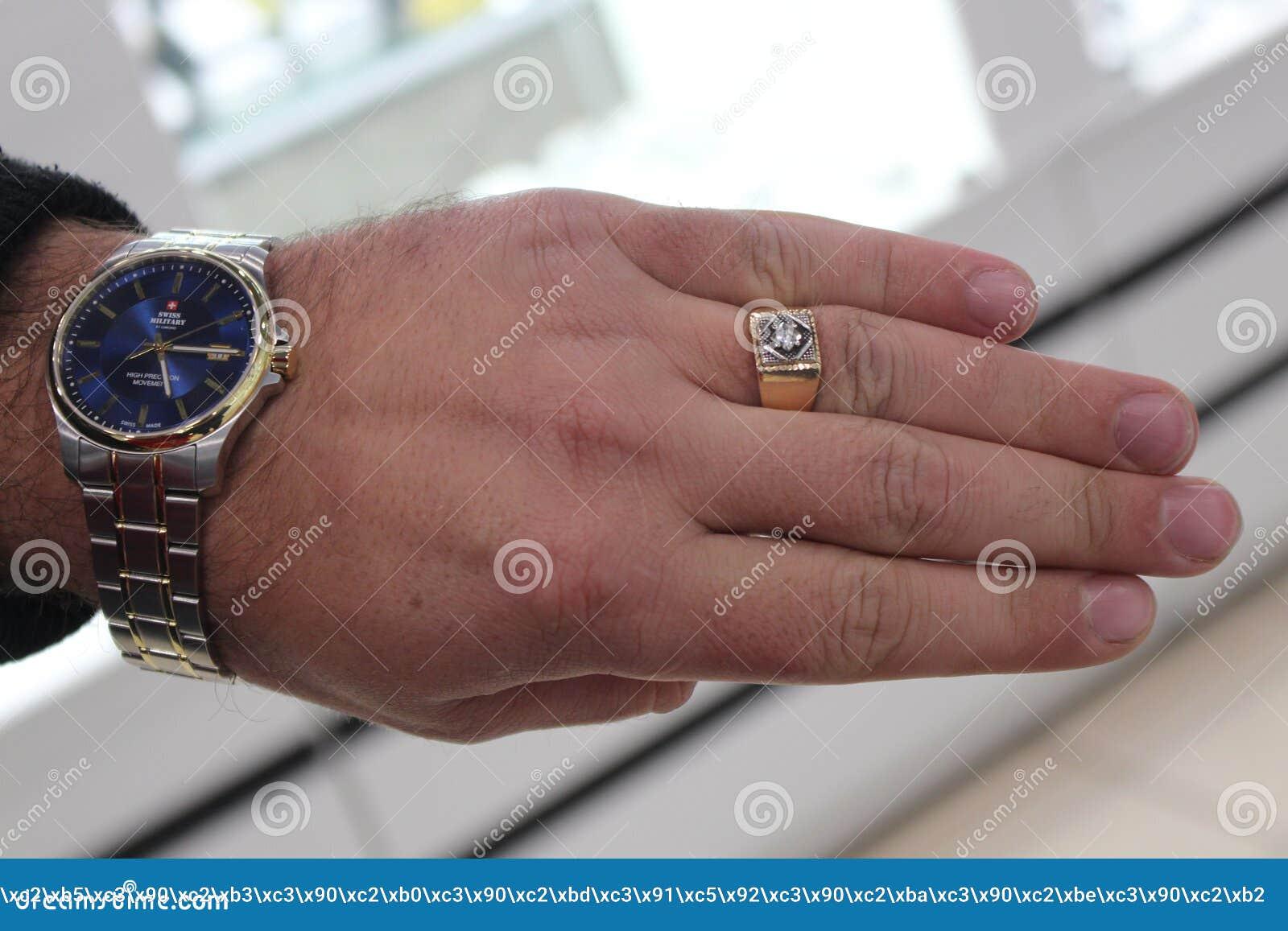 Mans hand med en klocka