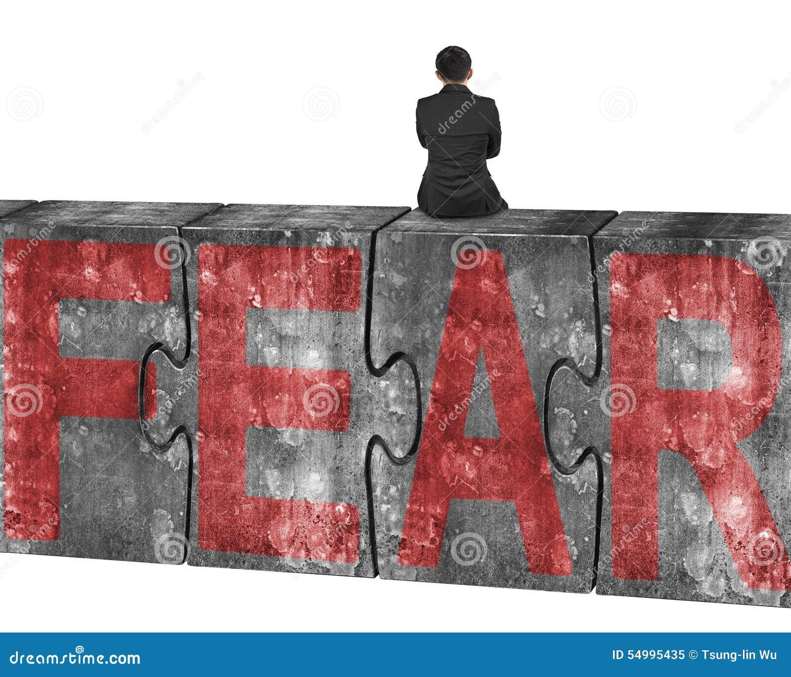 Mansammanträde på enorm betong förbryllar med rött skräckord