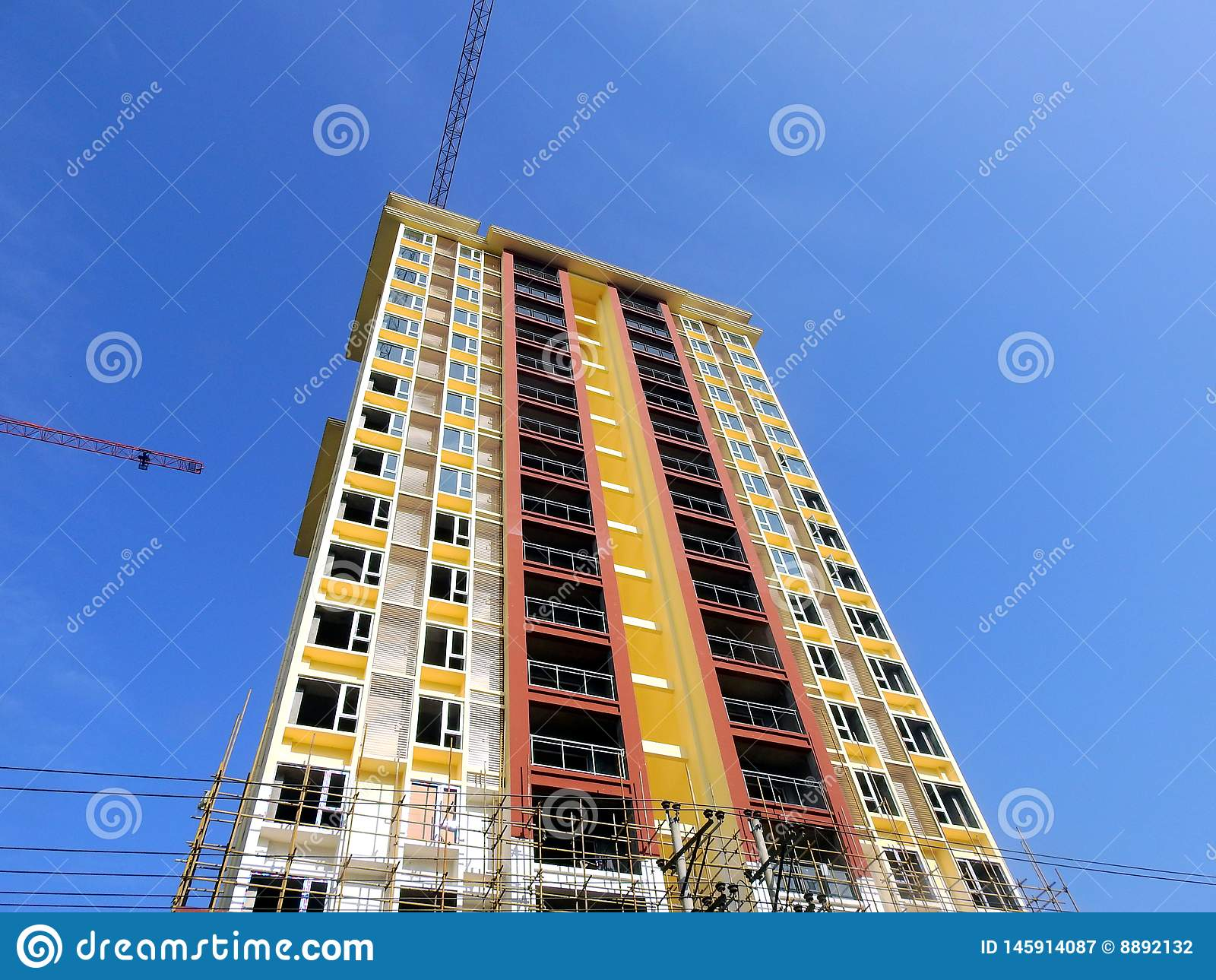 Mansión del edificio alto del cielo azul