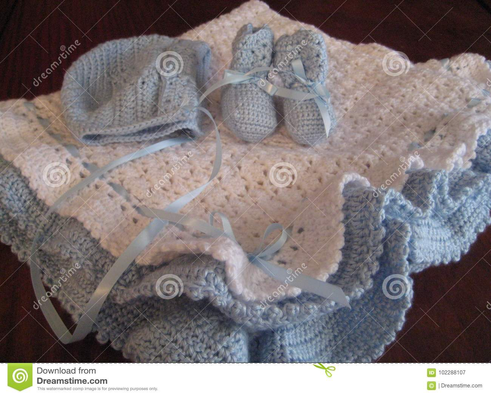 Manta, capo y botines del bebé