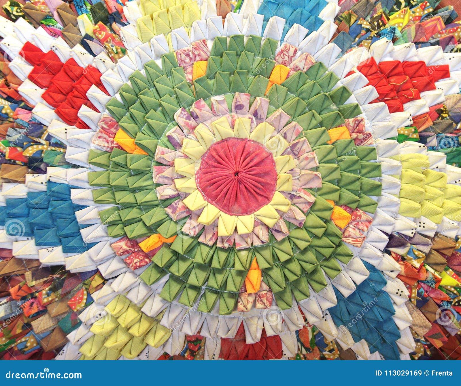 Manta circular hecha a mano con el estampado de flores en estilo del remiendo