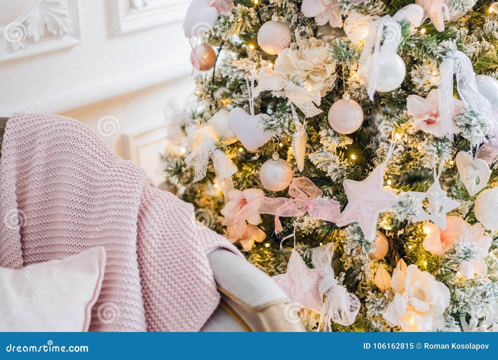 Manta e descansos feitos malha em um sofá em casa em uma Noite de Natal Cosiness home
