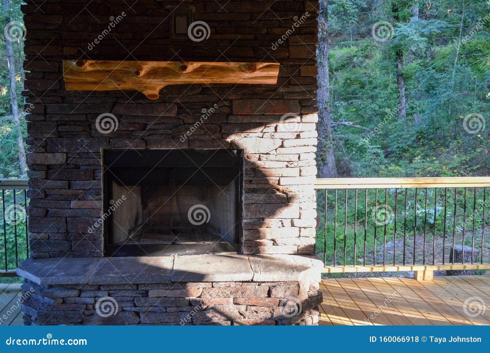 Manta-mancha sobre uma pedra coberta por uma lareira de extirior