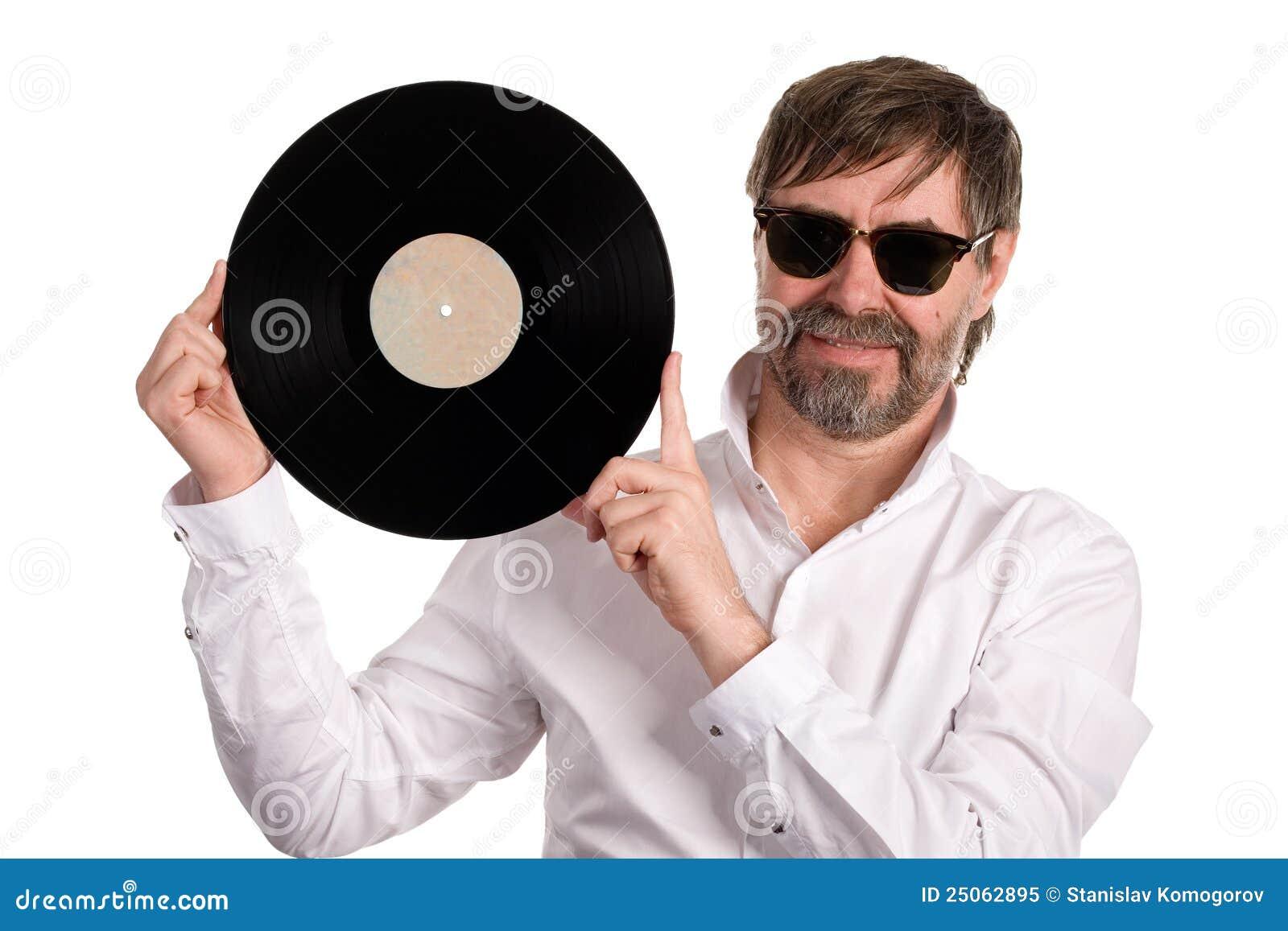 Mante della musica con un vecchio disco del vinile