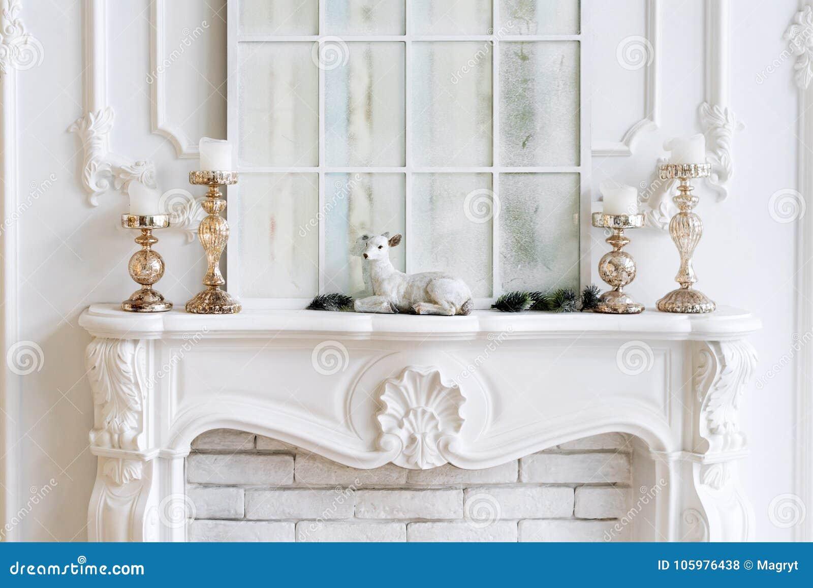 manteau de chemine blanc avec des bougies et des dcorations de nol intrieur classique