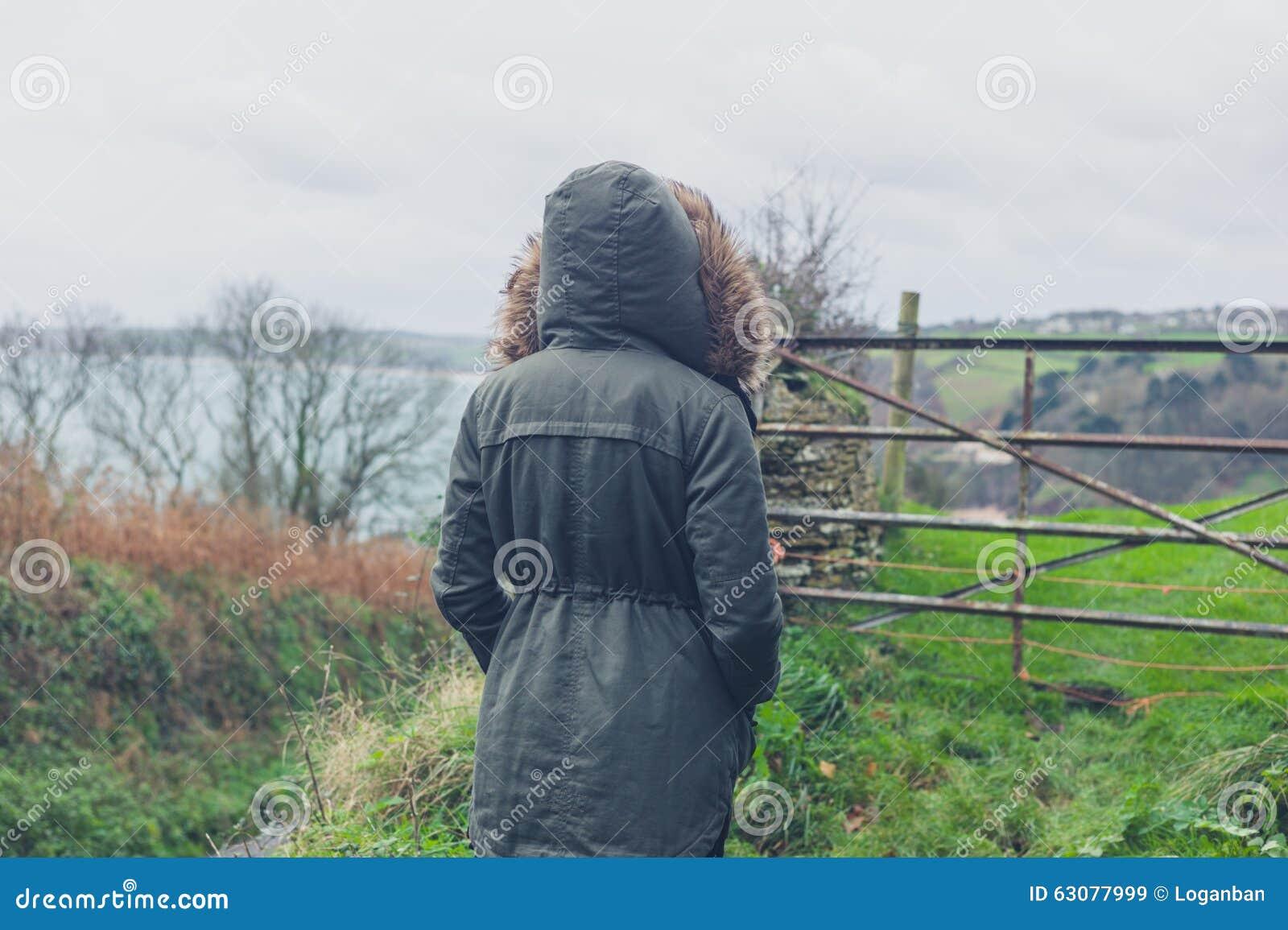 Download Manteau De Port D'hiver De Personne Par La Porte Dans La Campagne Image stock - Image du outdoors, hausse: 63077999