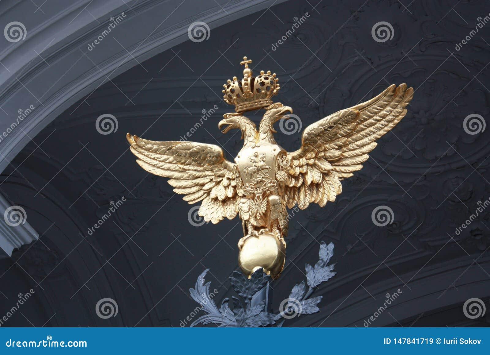 Manteau des bras avec l aigle ? deux t?tes et la couronne sur la porte ? P?tersbourg
