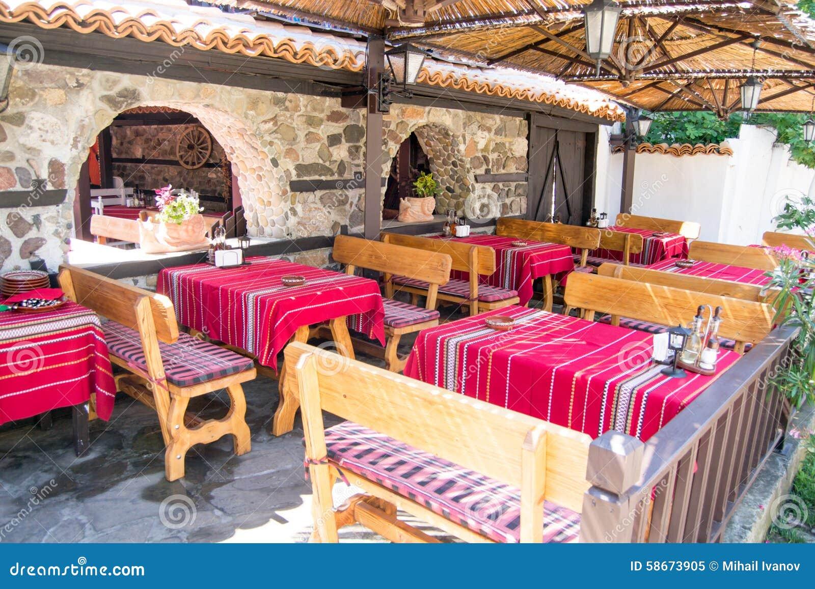 Manteles rojos tradicionales coloridos en las tablas y los - Imagenes de mesas con manteles ...
