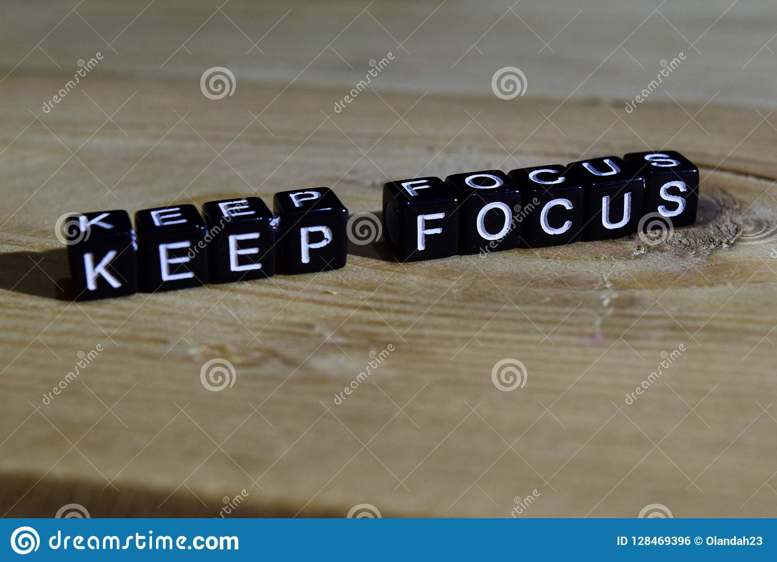 Mantenha o foco em blocos de madeira Conceito da motivação e da inspiração