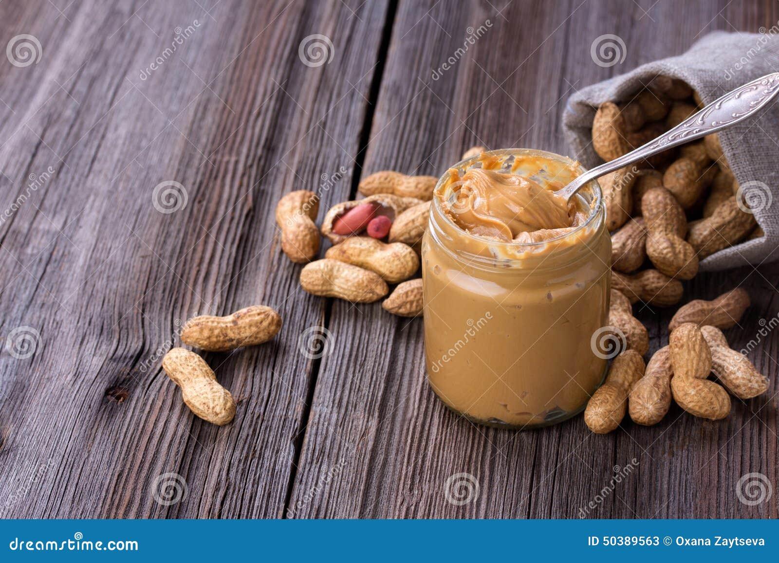 Mantequilla de cacahuete cremosa hecha fresca en un tarro de cristal