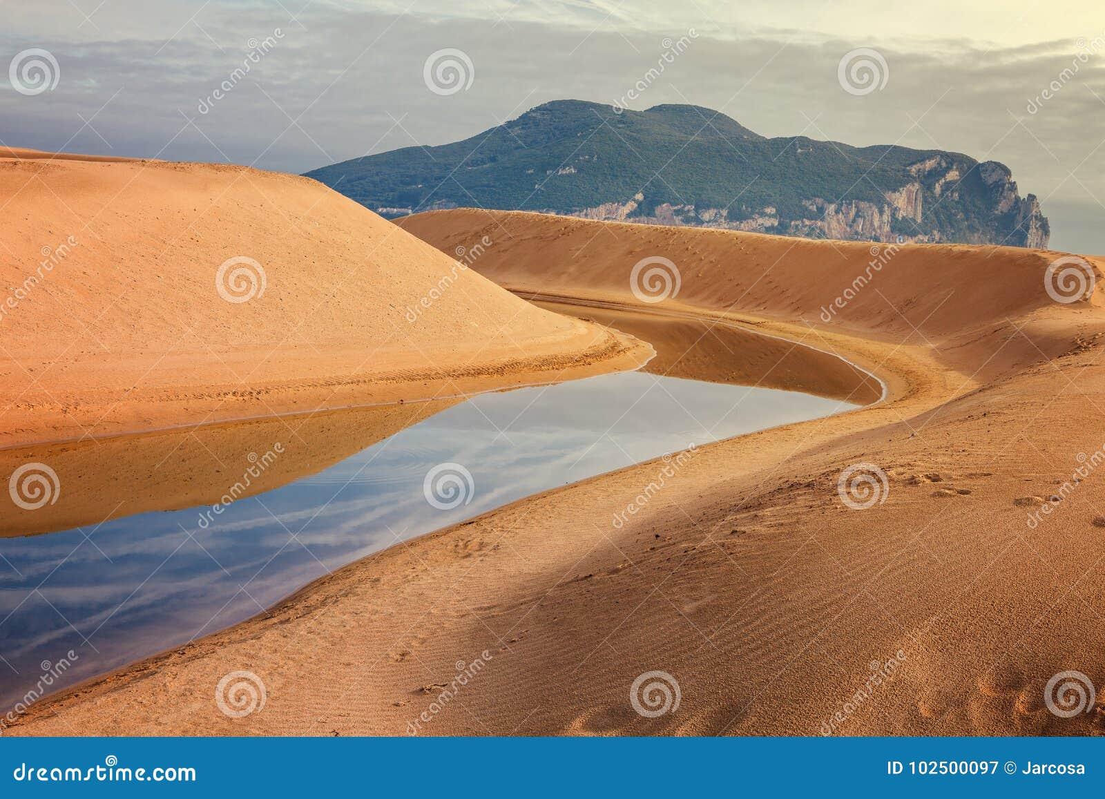 Mantilla-Fluss fließt in das Meer zwischen Dünen in Laredo, Canta