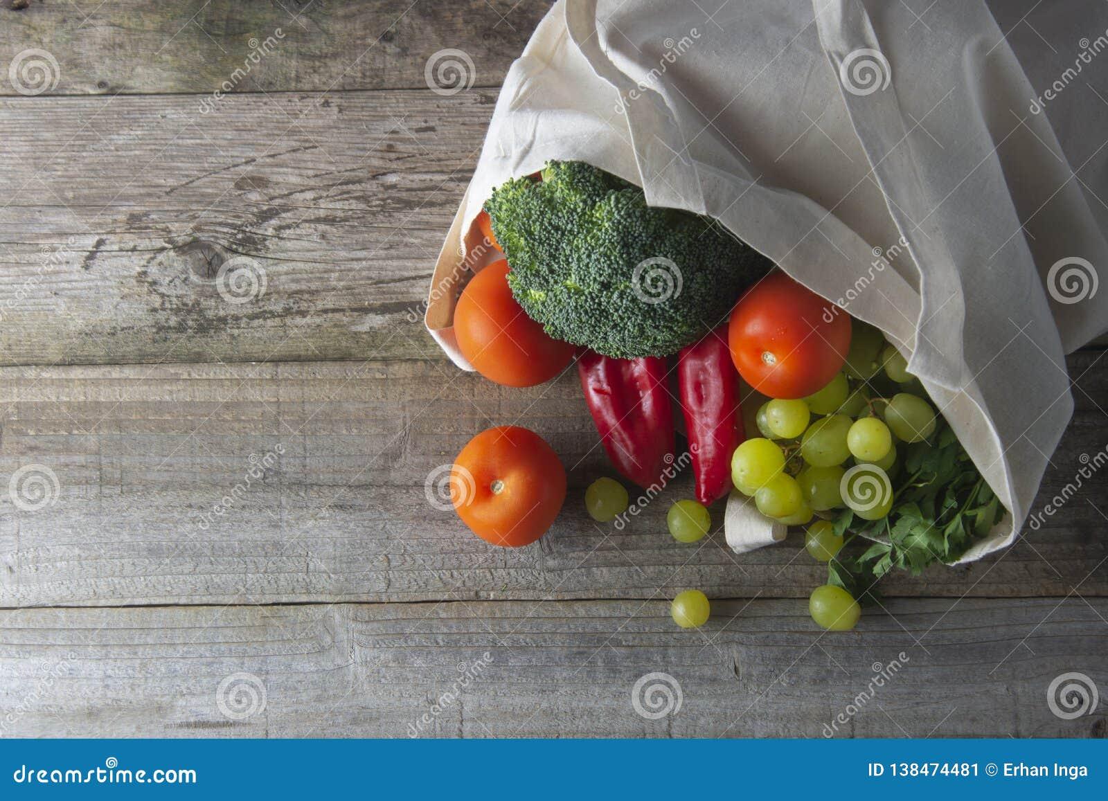 Mantimentos no saco do eco Saco natural de Eco com frutas e legumes Compra de alimento waste zero o plástico livra artigos a reut