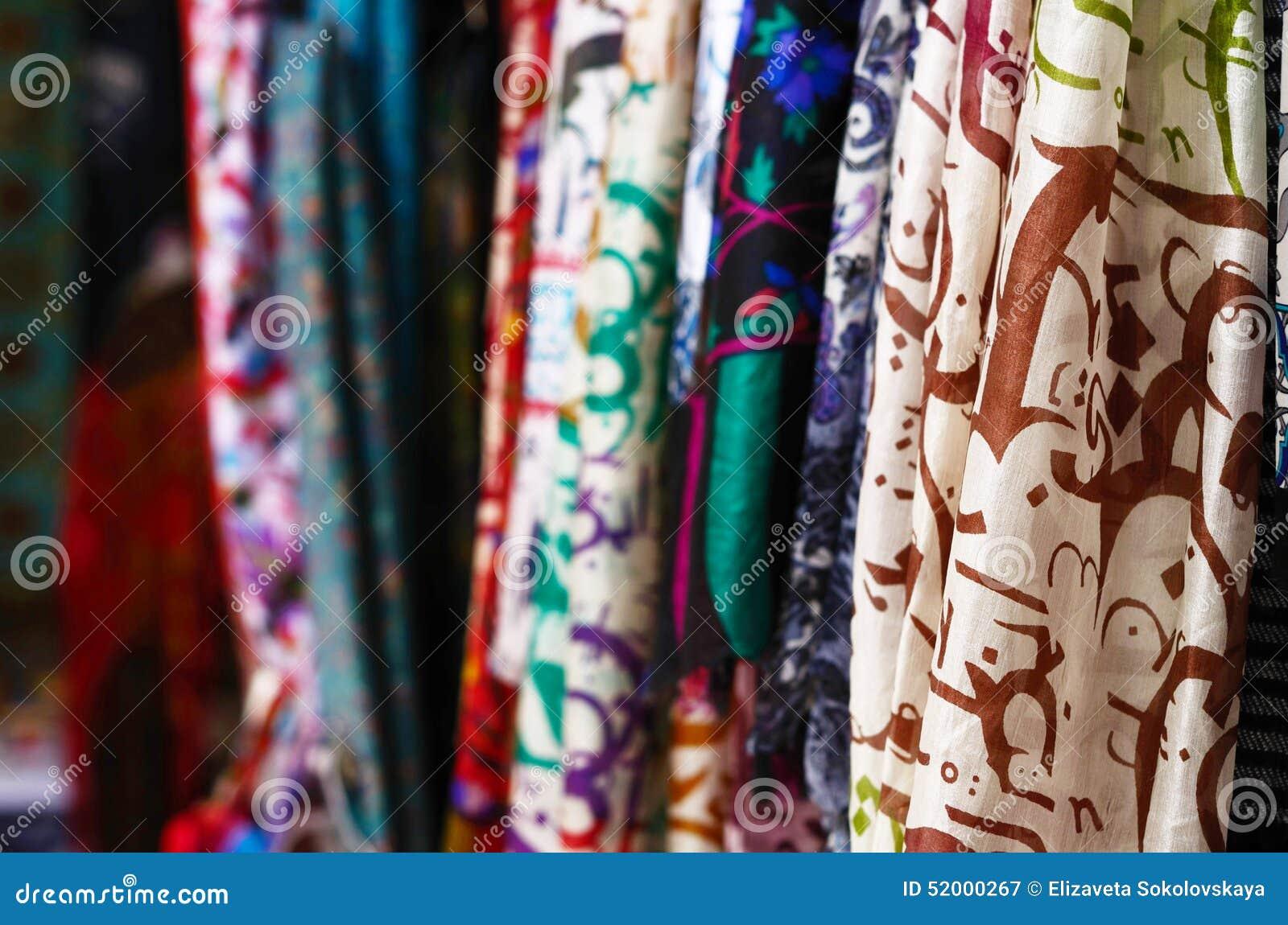Mantones de seda que cuelgan en el mercado callejero en Estambul