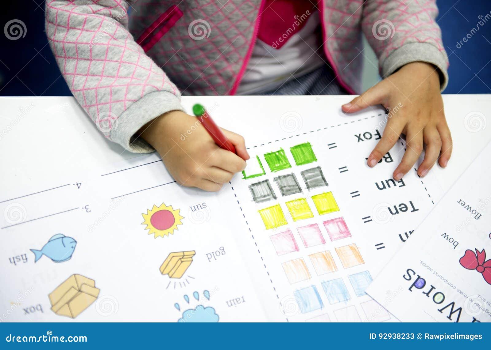 Manual de instruções da coloração do estudante do jardim de infância na classe