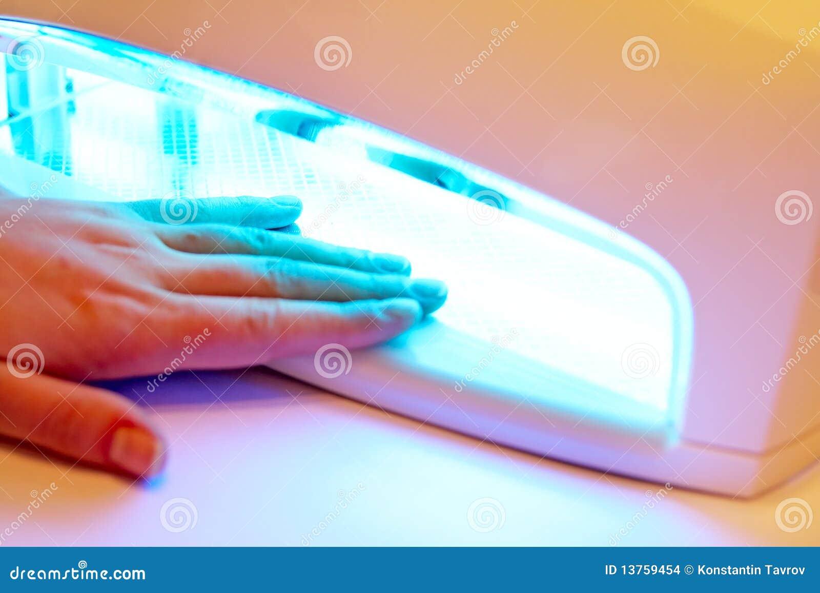 Manucure sur les mains femelles