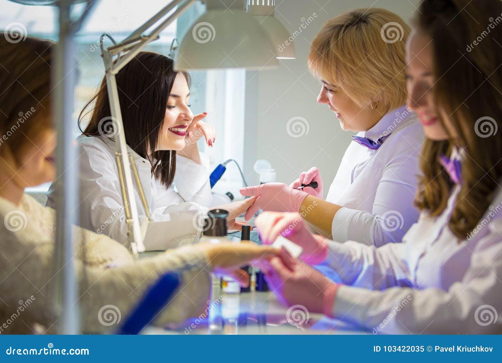Manucures au travail dans le salon de beauté Soin de main