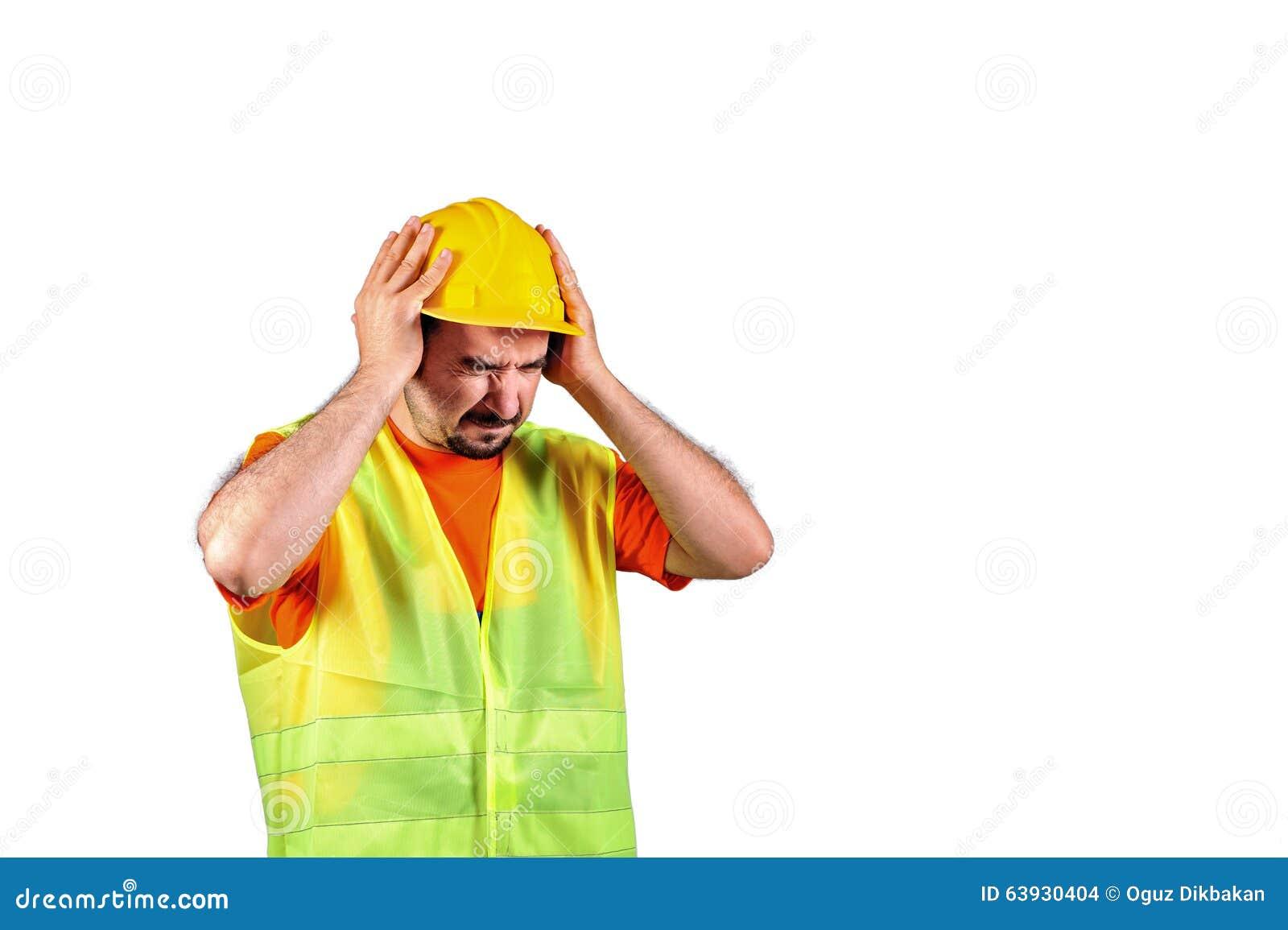 Manuelarbeider die beschermen tegen lawaaierig die milieu op witte achtergrond wordt geïsoleerd