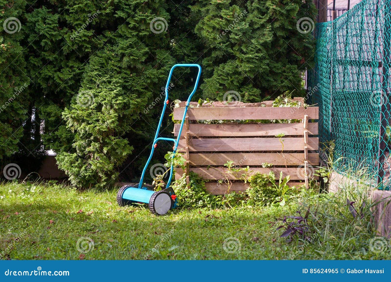 Manuell gräsklippare fotografering för bildbyråer. Bild av compost ...