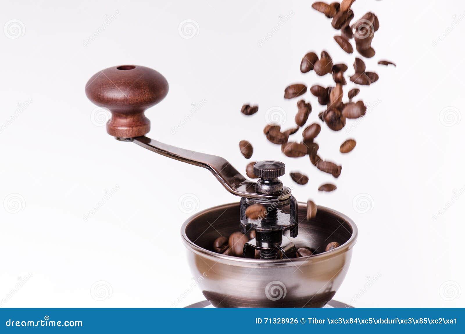 Manuell kaffekvarn med kaffebönor isolerat Vit bakgrund Modernt utforma grillat bönakaffe Svävningkaffebönor