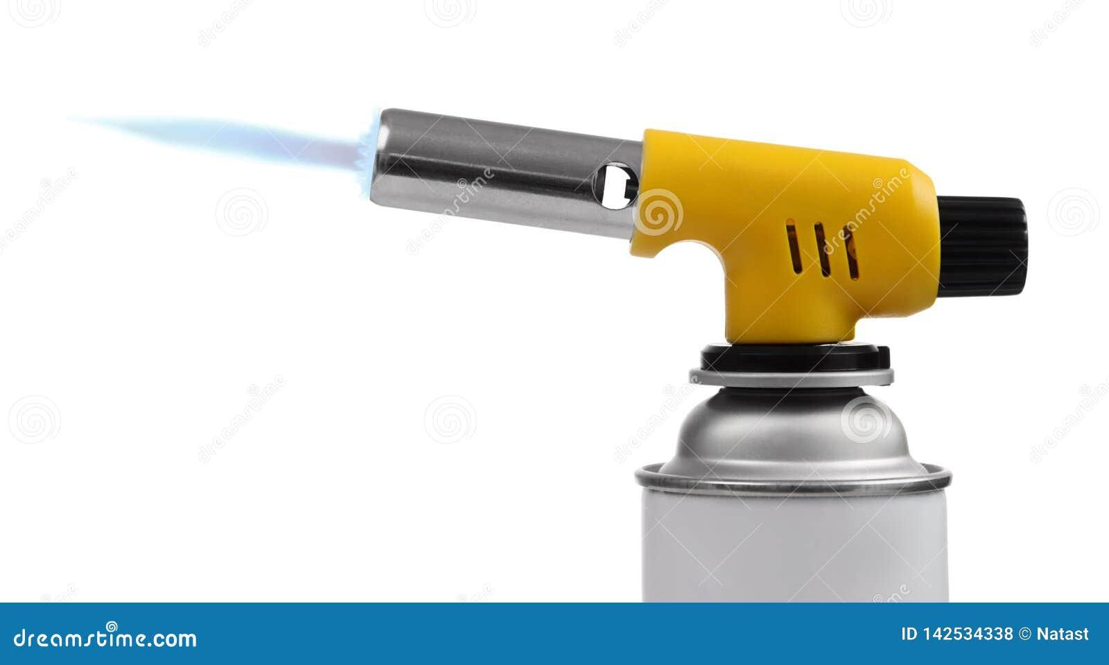 Manueller Gasfackelbrenner auf Spray kann mit blauer Flamme auf Weiß