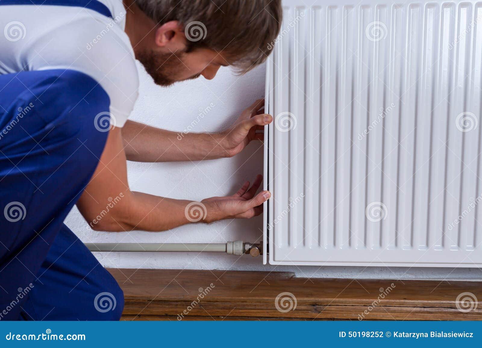 Manusje van allesmoeilijke situatie de radiator