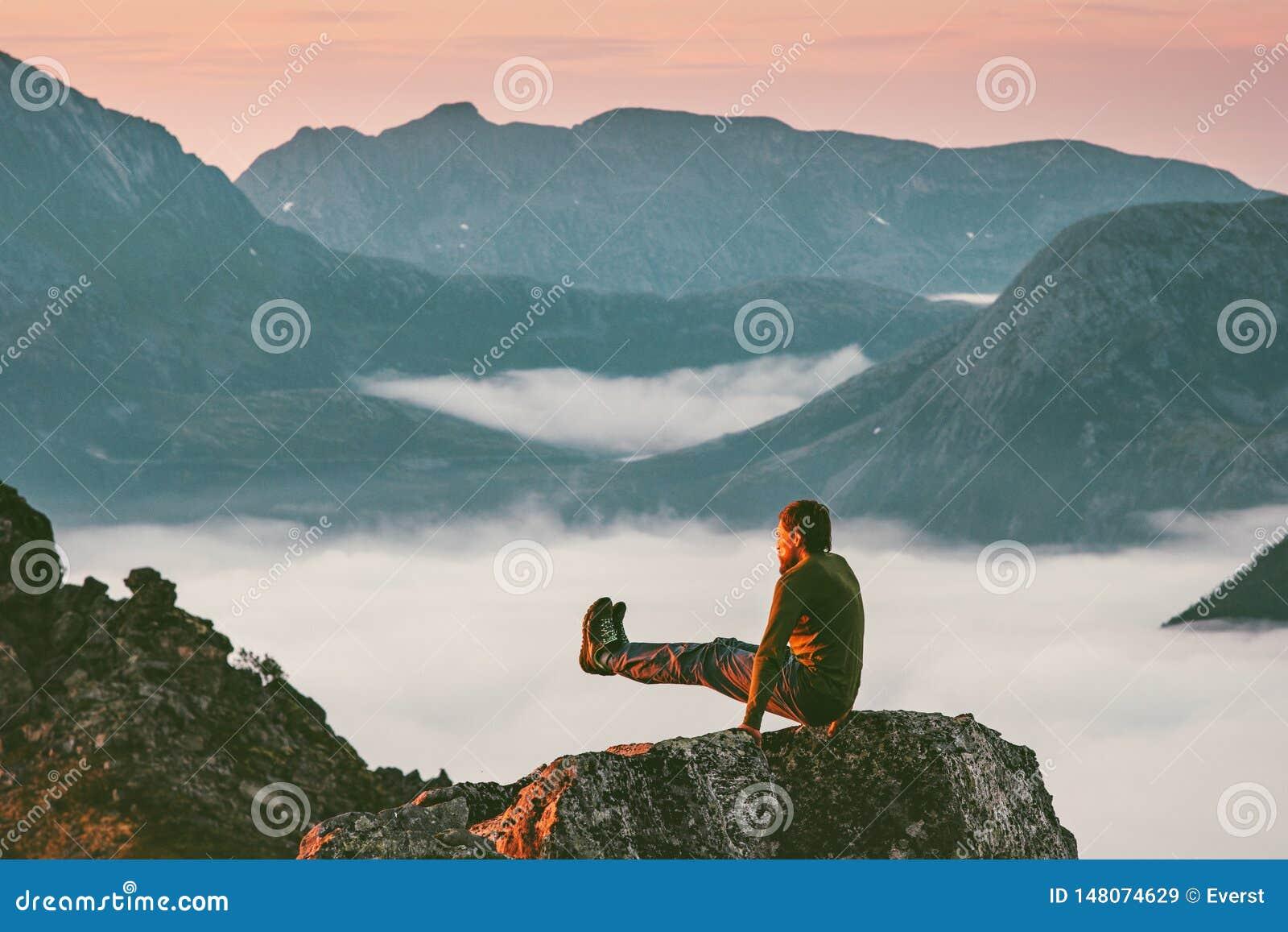 Manutbildningssportar på bergklippan ovanför moln