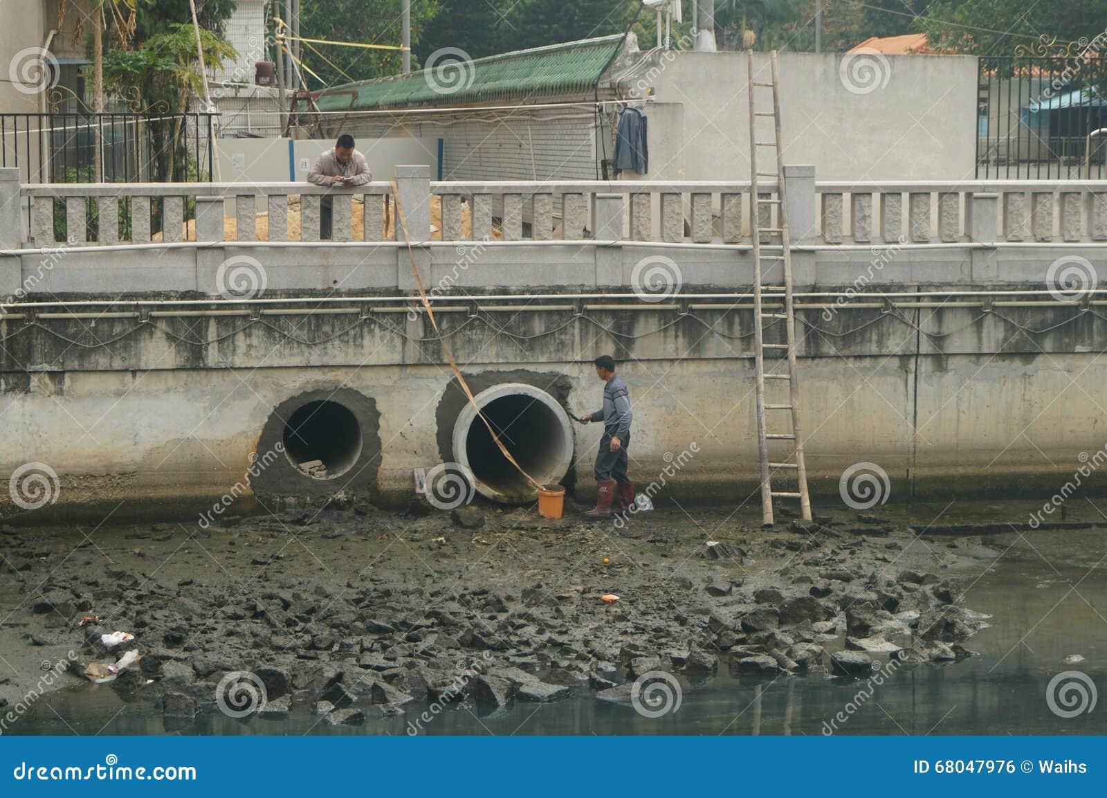 A manutenção do encanamento da descarga da inundação