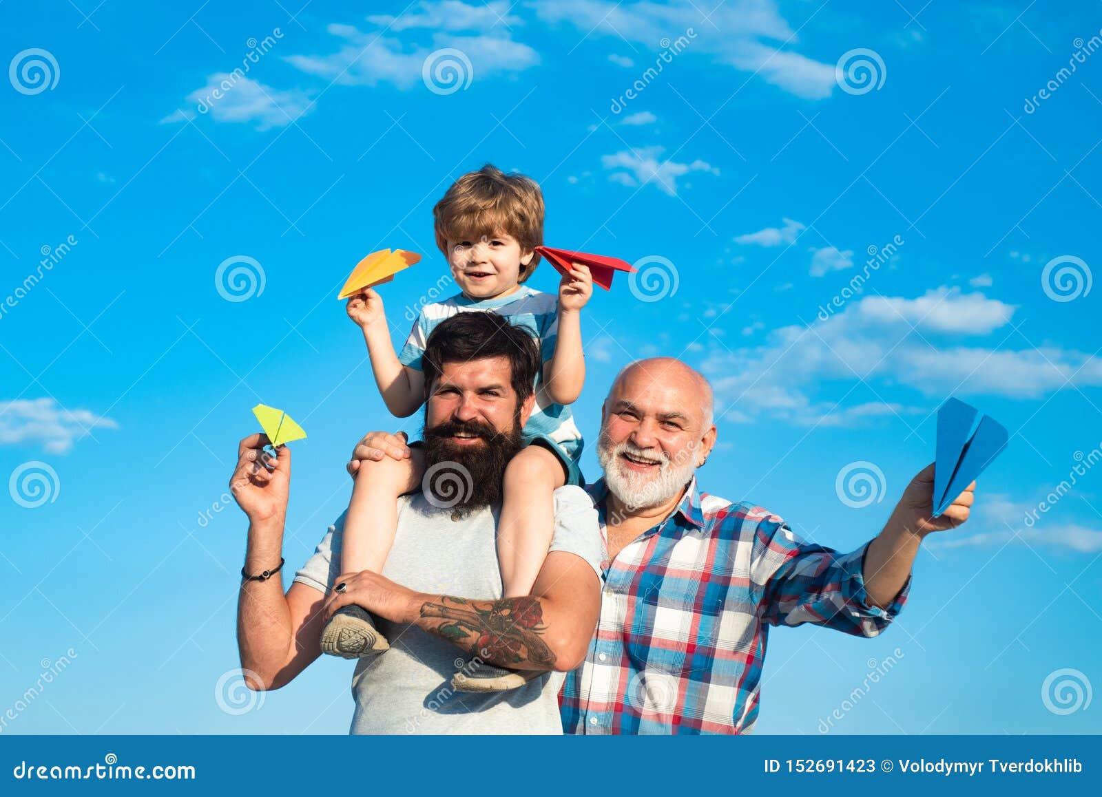 Manutveckling Utveckling av folk och etapper av att v?xa upp Tycka om f?r fader som och f?r son ?r utomhus- Fader och son med