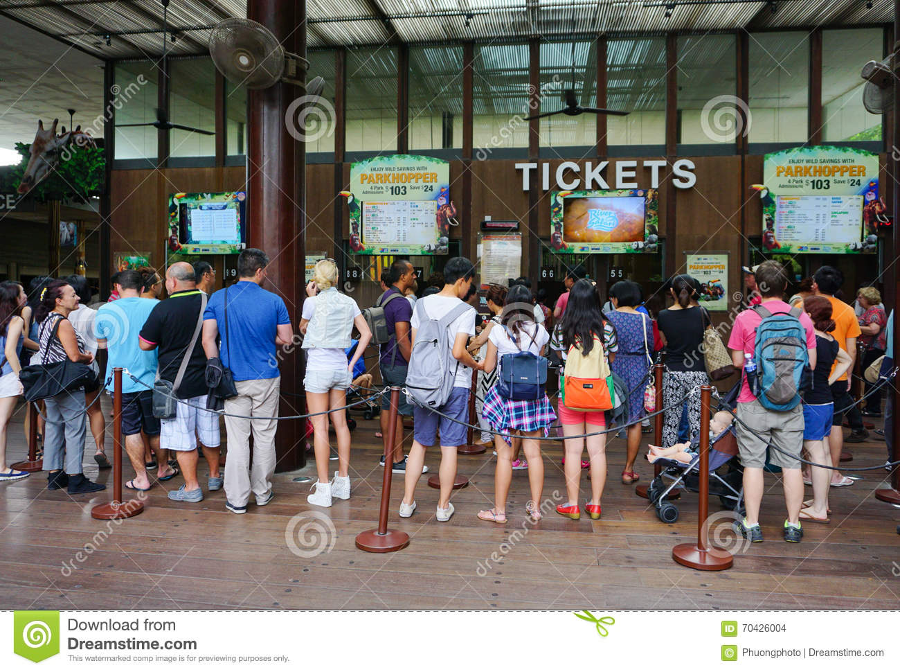 many people waiting for buying ticket to the zoo in