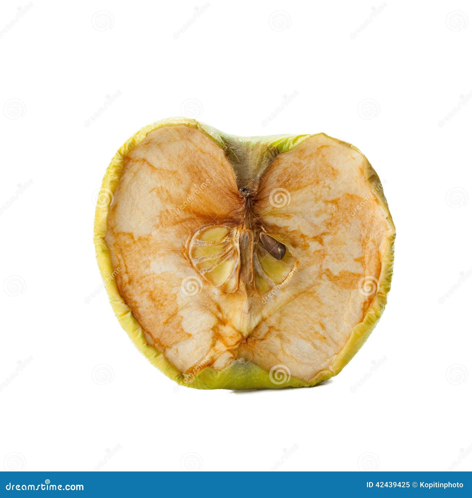 Manzana putrefacta en un fondo blanco