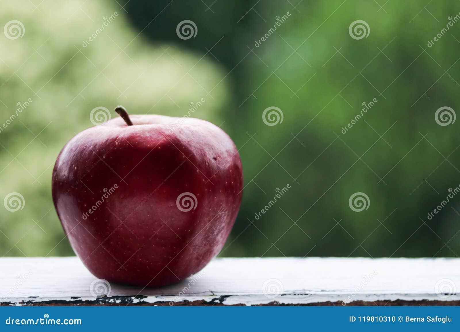 Manzana roja en un fondo verde