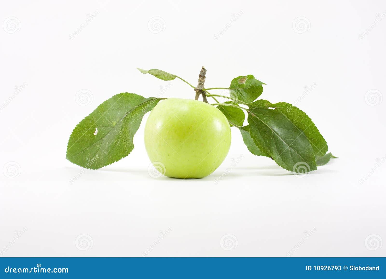 Manzana verde con las hojas