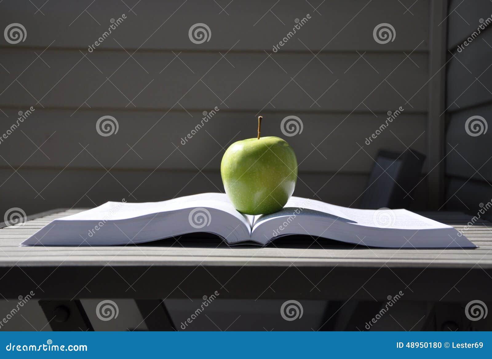 Manzana y libro verdes