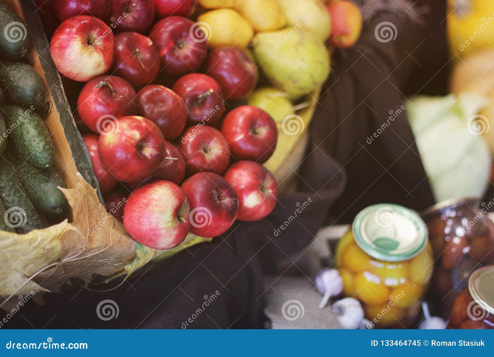 Manzanas de la cosecha, pepinos y conservado