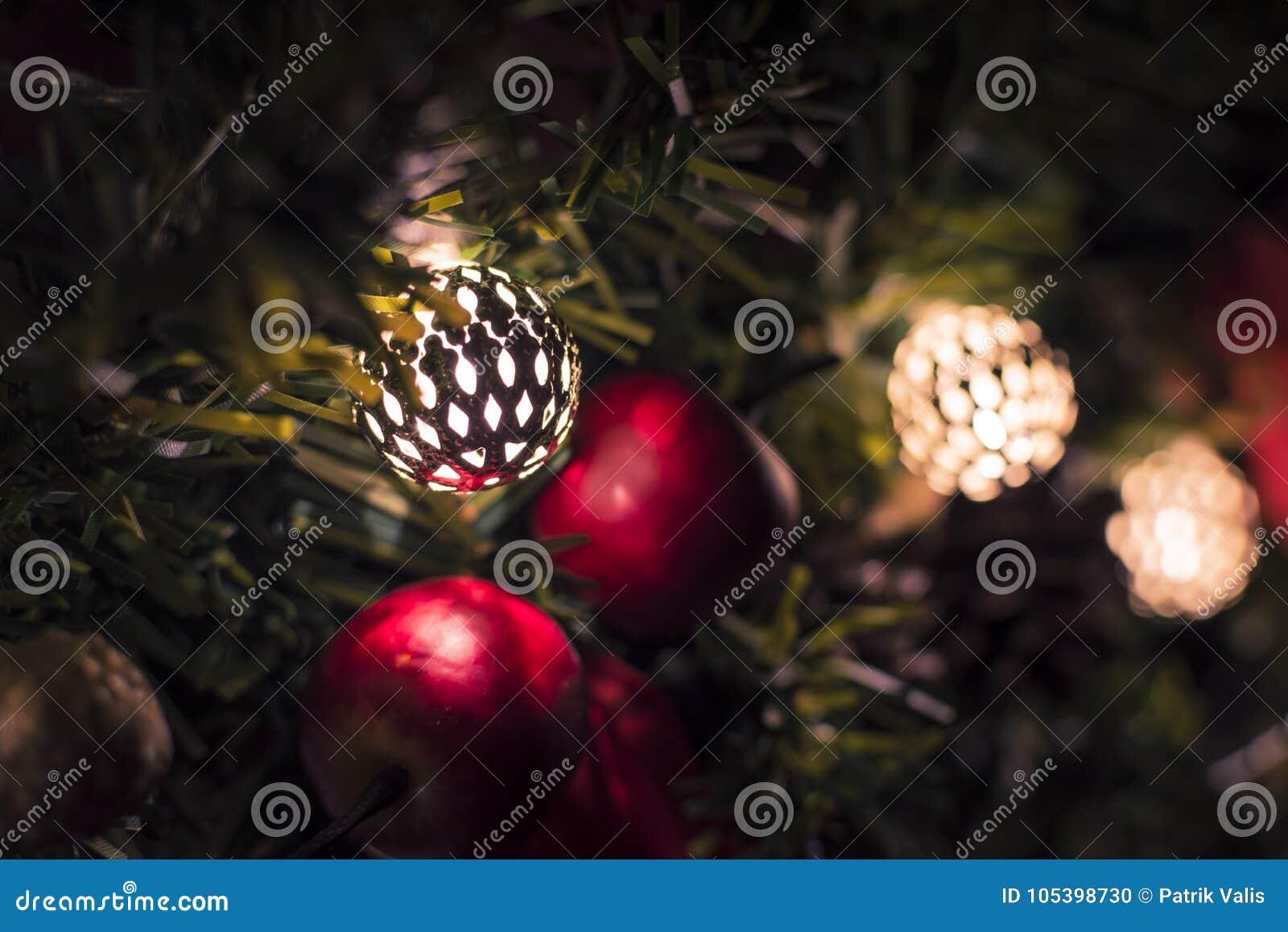 Manzanas de la Navidad con los cascabeles en la guirnalda