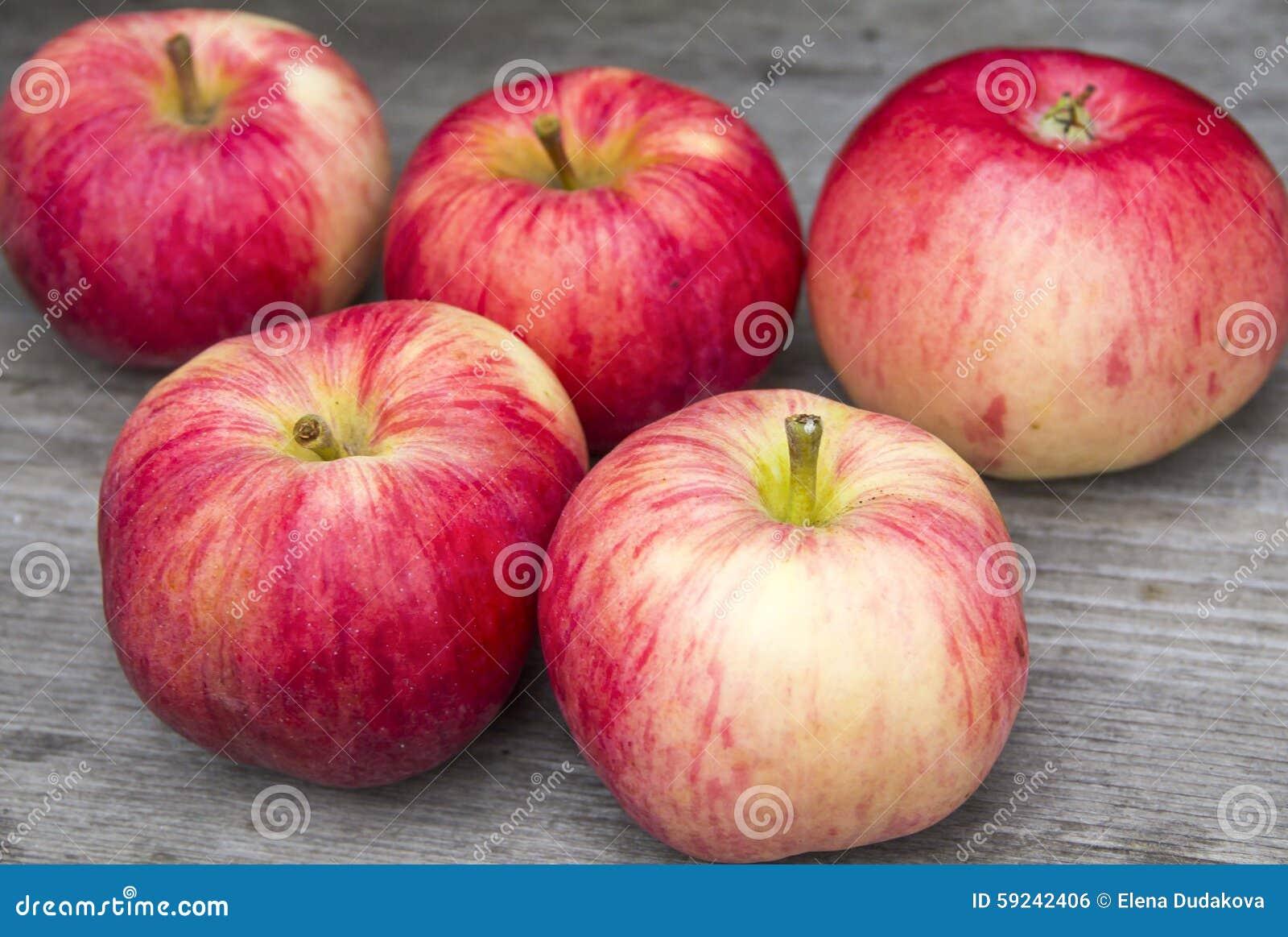Download Manzanas rojas foto de archivo. Imagen de wooden, rojo - 59242406