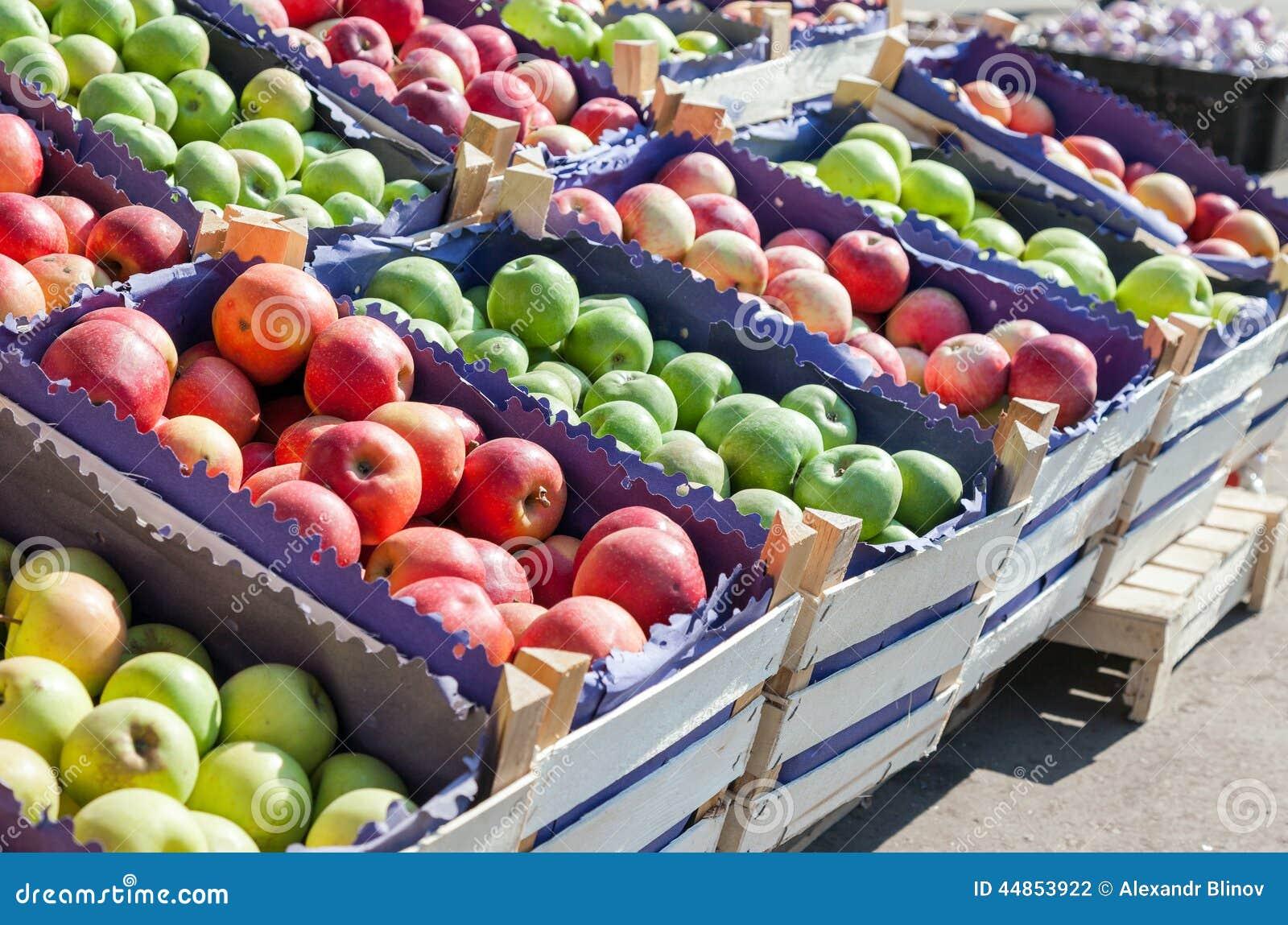 Manzanas rojas y verdes frescas para la venta en el mercado