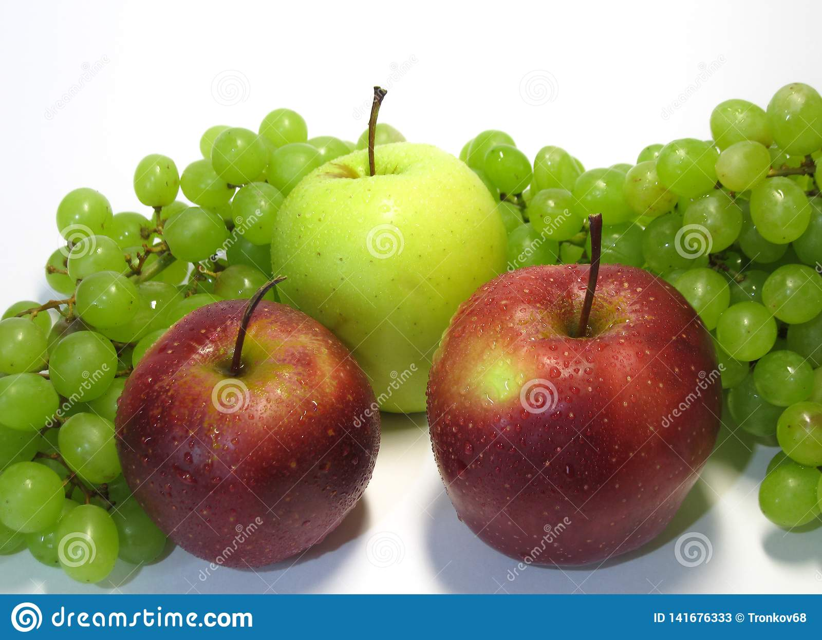 Manzanas y uvas - belleza y ventaja, gusto y salud, una fuente inagotable de vitaminas