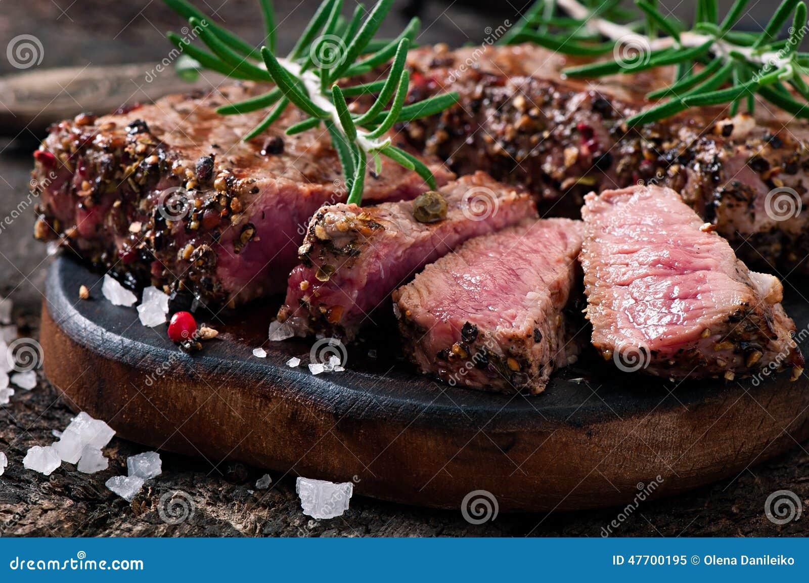 Manzo raro medio della bistecca succosa