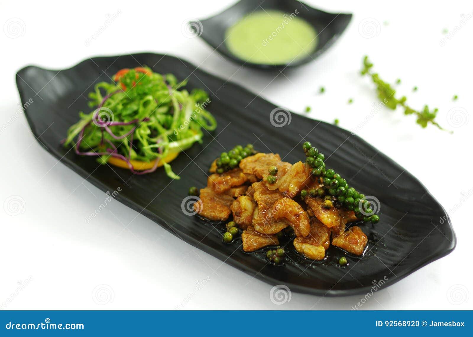 Manzo sauteed con la salsa di peperoncino rosso e del peperone verde, salald sul nero