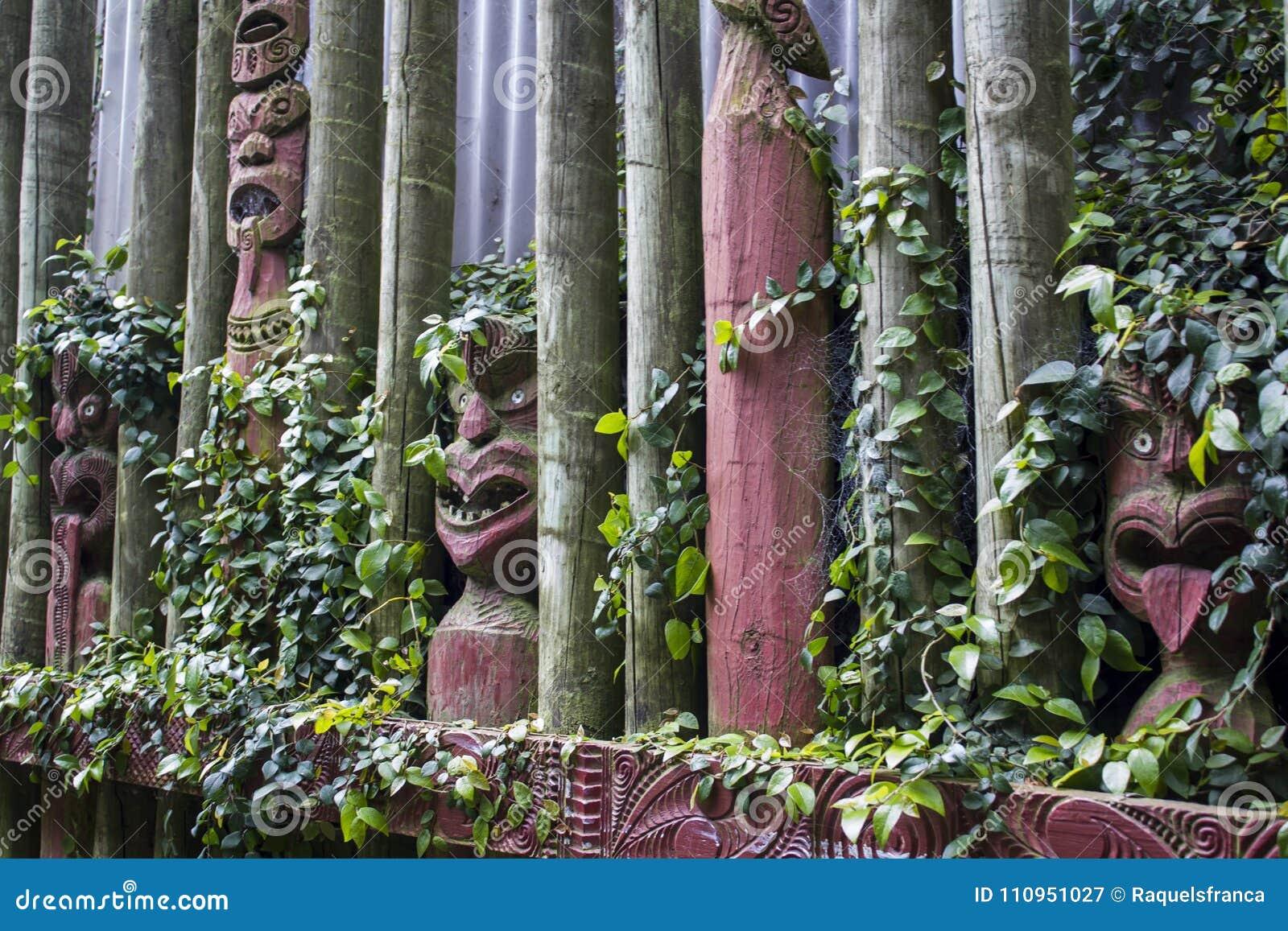 Maori gesneden maskers met rond bladeren